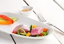 Kräutermatjeshappen mit frischem Gemüse